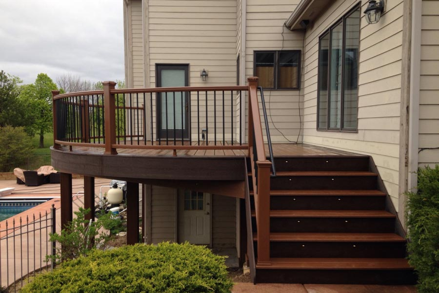 Trex® Treehouse and Vintage Lantern Deck with Curved Railings and Lighting Lake County