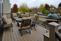 Two-tone Trex® Deck Lake in the Hills