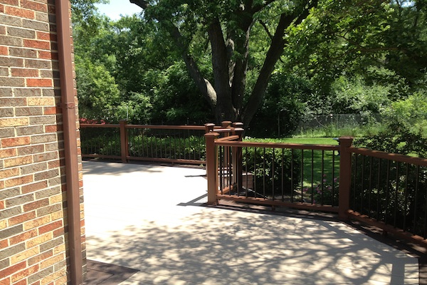 Two-tone Trex® Deck and Railings Algonquin